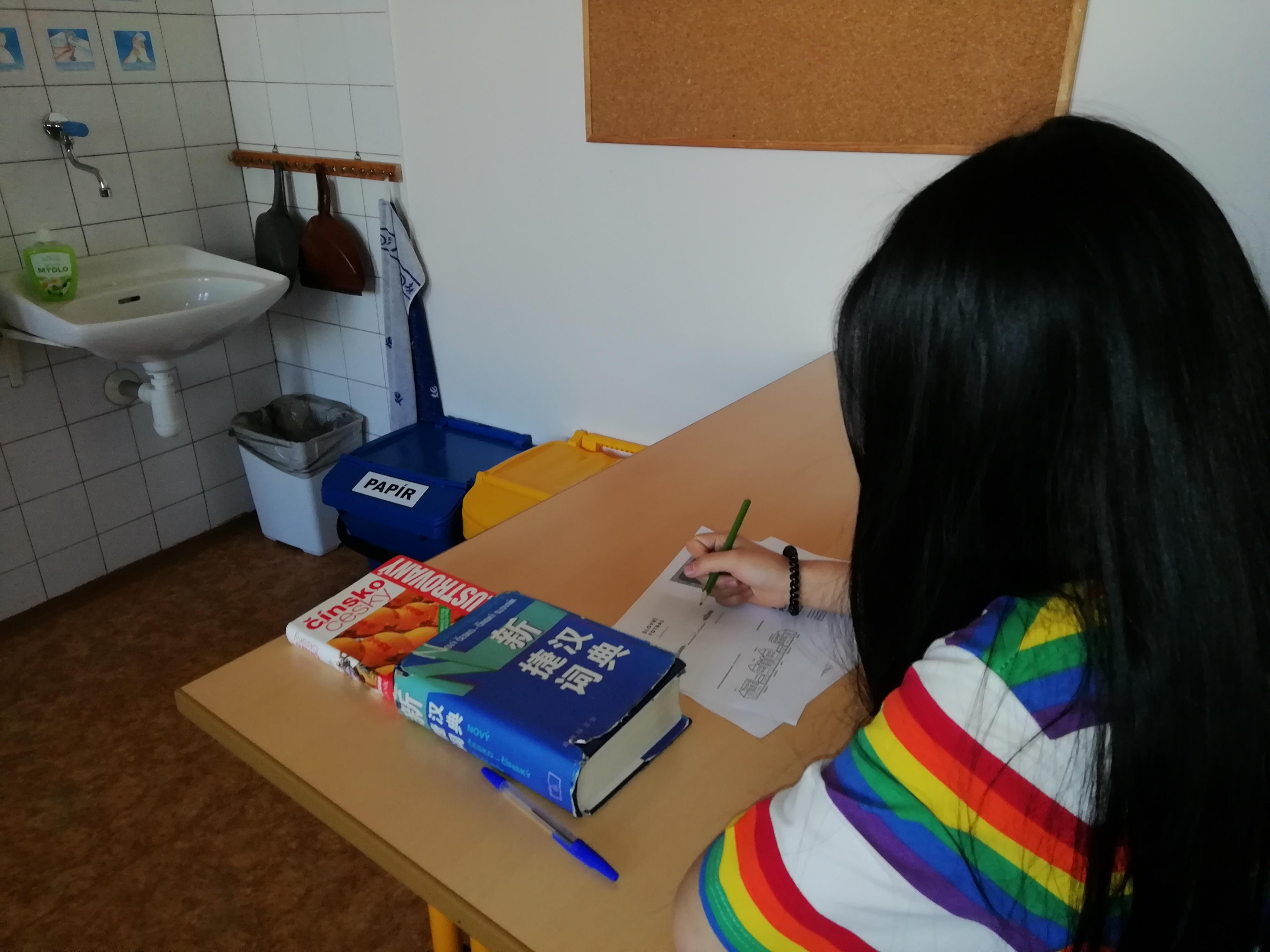 Obr. 2: Výuka českého jazyka u žákyně, jejímž mateřským jazykem je čínština. Základní škola Křížová vJihlavě.