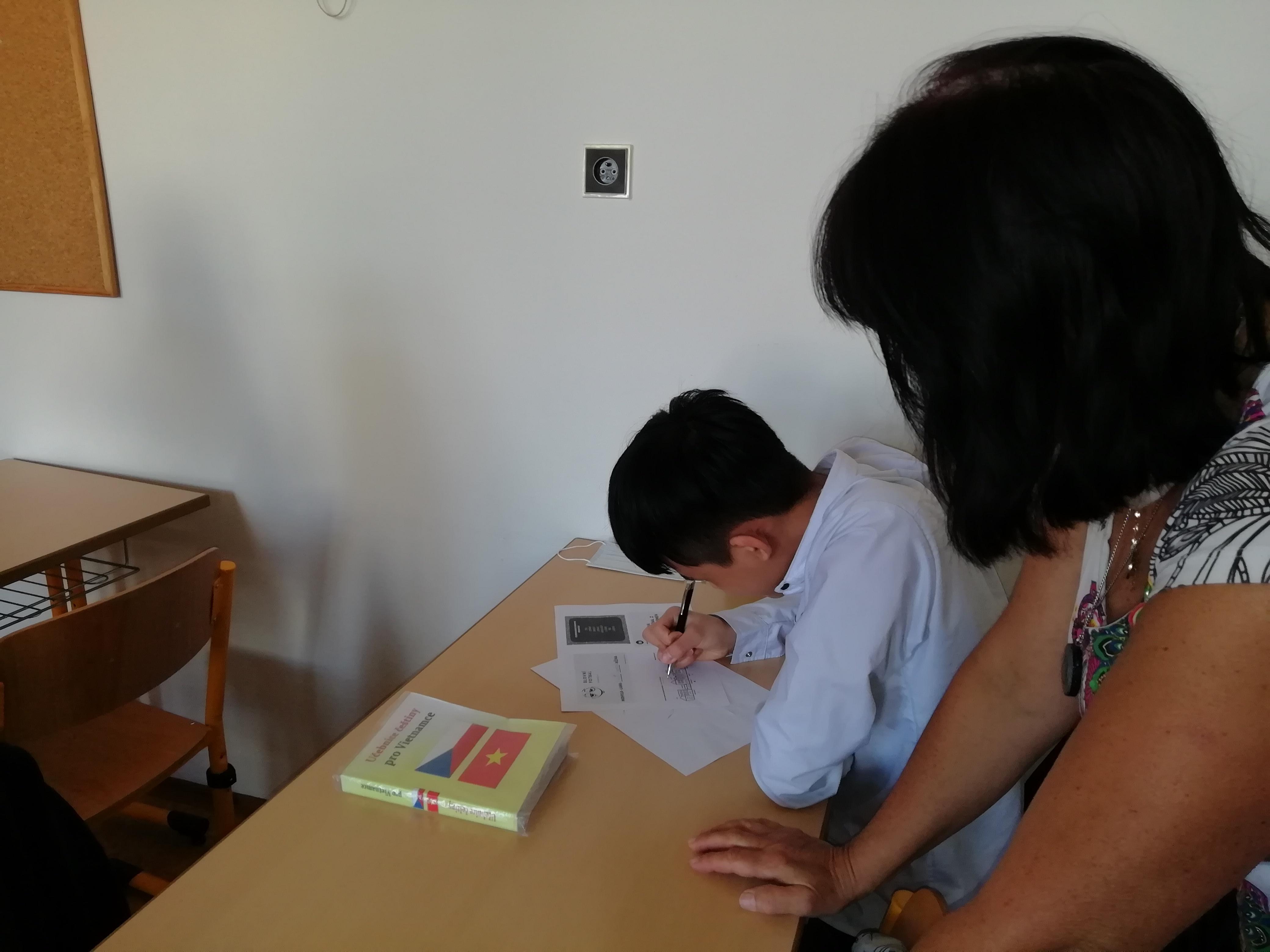 Obr. 3: Adaptační koordinátorka při výuce českého jazyka pracuje se žákem, jehož mateřským jazykem je vietnamština. Základní škola Křížová vJihlavě.