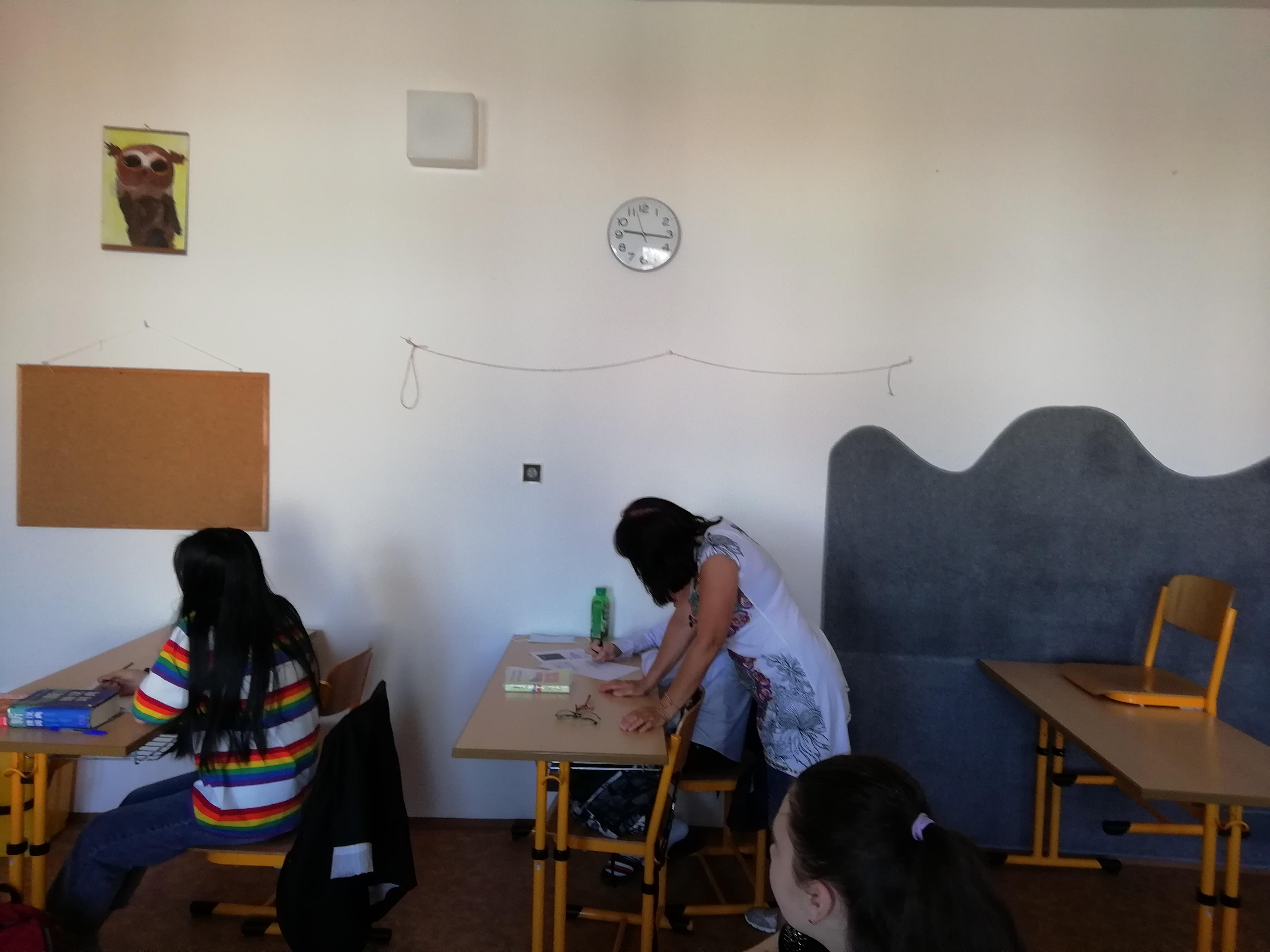 Obr. 4: Adaptační koordinátorka při výuce českého jazyka pracuje se žákem, jehož mateřským jazykem je vietnamština. Základní škola Křížová vJihlavě.