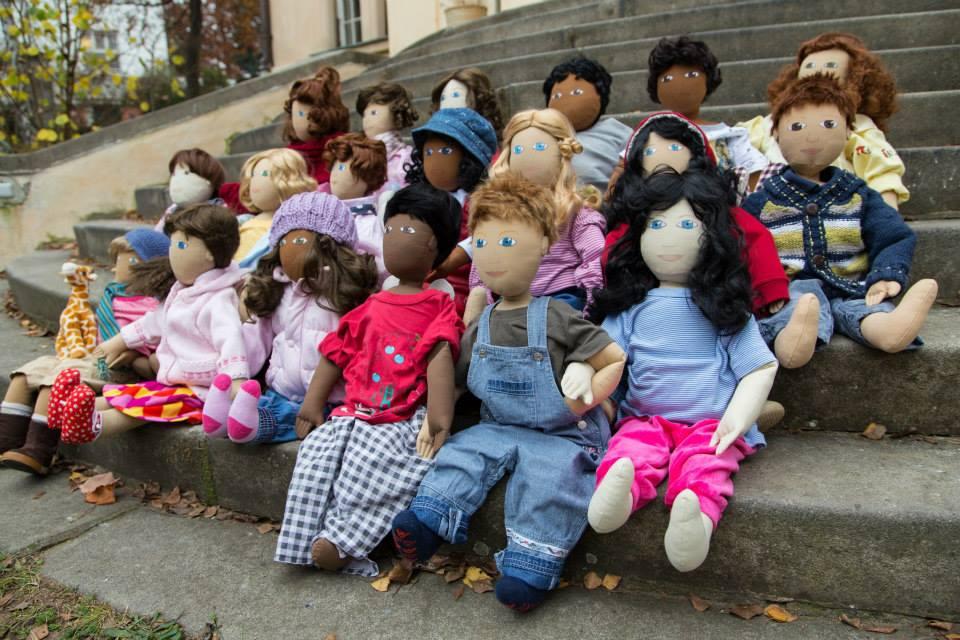 Záleží jen na vás, jakou situaci chcete ve třídě pomocí panenky řešit. Jde o jinou barvu pleti? Chudobu? Tělesný handicap? Zdroj: Člověk v tísni