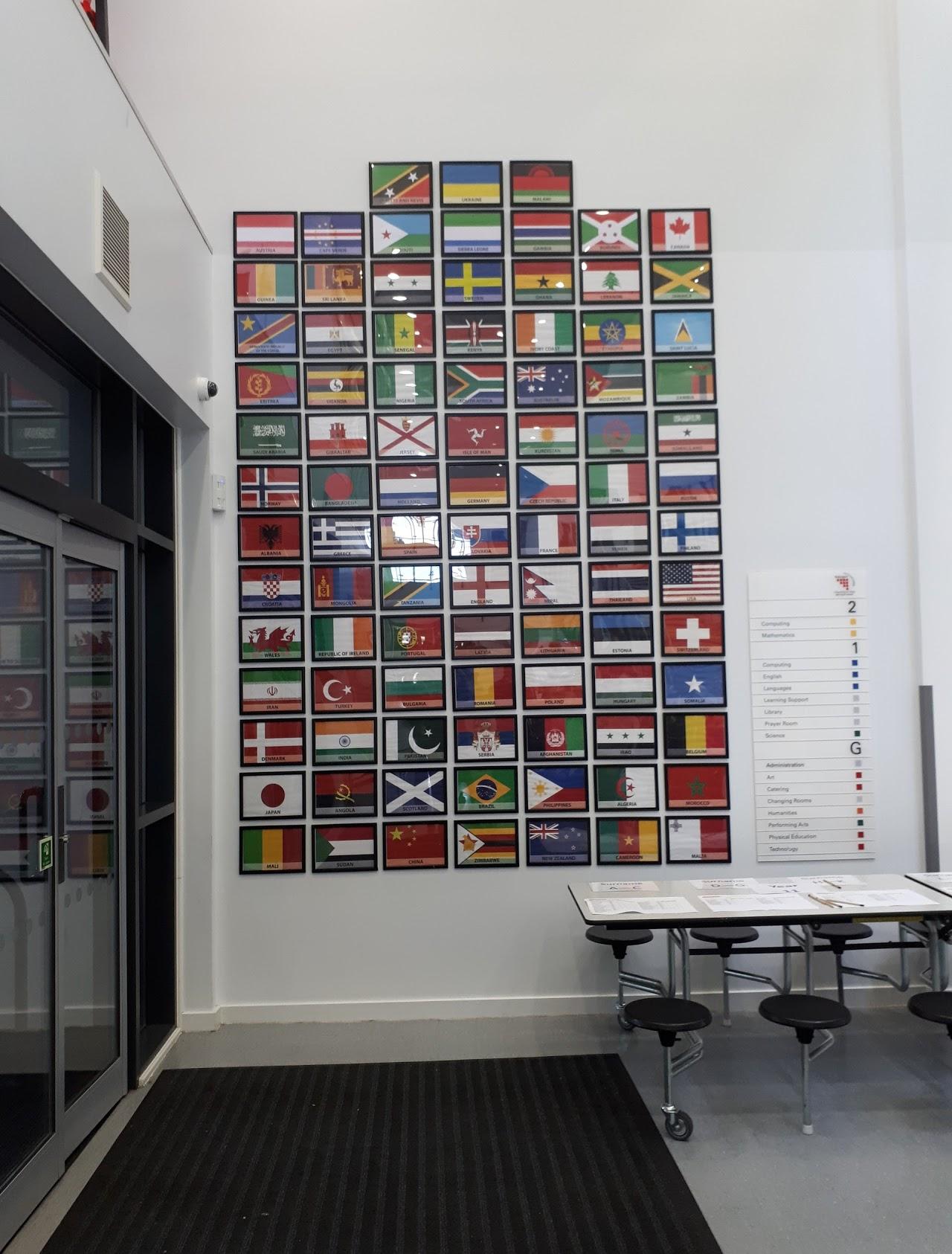 Babington Academy v Leicesteru, Velká Británie. Vstupní hala s vlajkami zemí původu všech žáků školy. Zdroj: archiv Vladislava Güntera